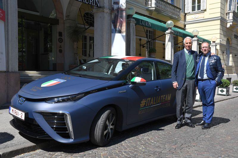 Malagò arriva a Bolzano guidando la Toyota Mirai ad idrogeno